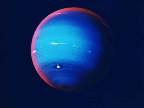 Ir para  <p>Um grupo internacional de pesquisadores descobriu um pequeno corpo celeste por trás de Netuno com uma órbitaque não é típica do sistema solar, informa a...