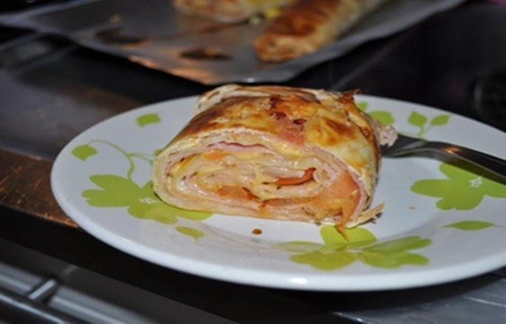Ir para  <ul> <li>1 massa pronta para pastel;</li> <li>1 bandeija de queijo prato;</li> <li>1 bandeija de presunto;</li> <li>1 tomate sem semente;</li> <li>Sal, orégano e 1...