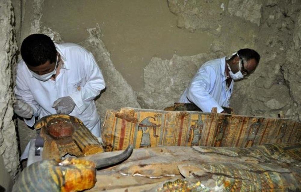 Ir para  <p>Um grupo de arqueólogos descobriu seis múmias, sarcófagos de madeira de cores vivas e mil pequenas figuras funerárias em um túmulo da época dos faraós no sul do...