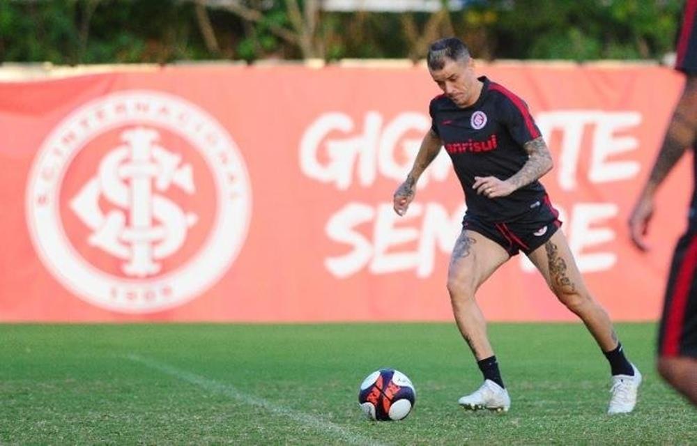 Ir para  <p>O Inter tem duas baixas importantes para a partida de volta contra o Corinthians, nesta quarta-feira, pela Copa do Brasil. No treinamento da manhã desta terça-feira, no CT Parque Gigante, o argentino...