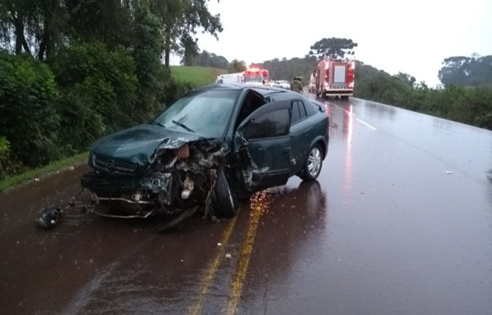 Motorista gravemente ferido em colisão frontal na RS 135.