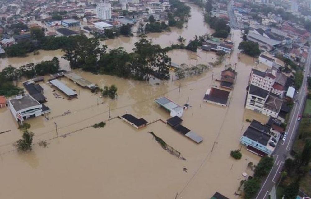 Ir para  <p>Pelo menos 28,6 mil catarinenses foram afetados pela chuva. O Estado contabiliza 90 municípios atingidos, com 8,6 mil residências impactadas. No total, são 21.260 desalojados em casas de parentes e amigos...