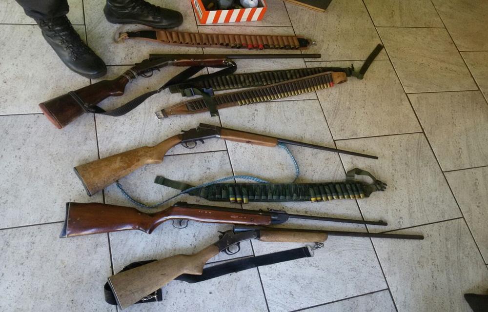 Ir para  <p>A Pol&iacute;cia Civil, com o apoio de policiais militares, cumpriu Mandado de Busca e Apreens&atilde;o de armas nesta quarta-feira(22), na localidade de Remanso do Tigre, em Barra do Rio Azul. Na casa de um agricultor,...