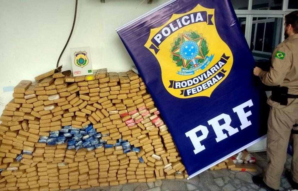 Ir para  <p>Policiais rodovi&aacute;rios federais apreenderam por volta das 4 horas desta madrugada, na BR 282 em Rancho Queimado, 850 quilos de maconha. A droga foi encontrada em uma picape Ford/Ranger, com placas do Rio de Janeiro, cujo...