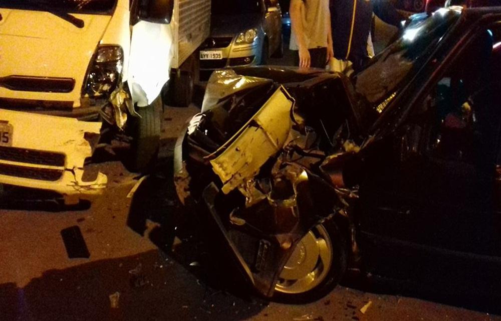Motorista perde o controle da direção e bate em veículos estacionados em Concórdia.