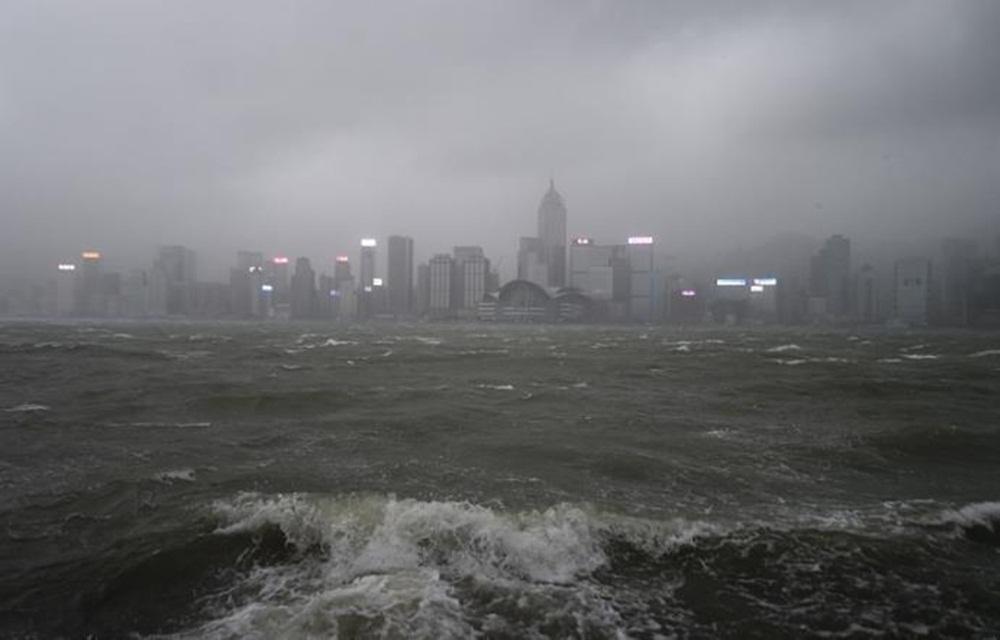 Tufão causa três mortes em Macau e inundações em Hong Kong.