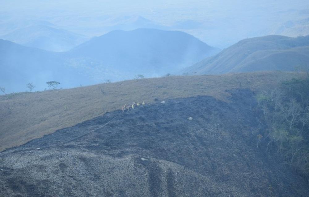 Ir para  <p>O inc&ecirc;ndio florestal que atinge a &Aacute;rea de Prote&ccedil;&atilde;o Ambiental (APA) em Chapada dos Guimar&atilde;es, a 65 km de Cuiab&aacute;, j&aacute; destruiu quase 6 mil hectares na...