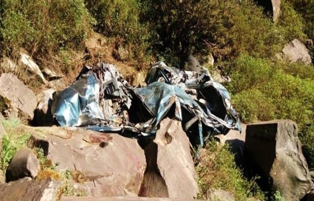 Ir para  <p>Um homem de 27 anos e seus dois filhos, de quatro e dois anos, morreram ap&oacute;s o carro em que eles estavam, um Escort com placas de Urussanga, cair de uma altura de aproximadamente 100 metros na Cascata do Avencal, na Estrada...