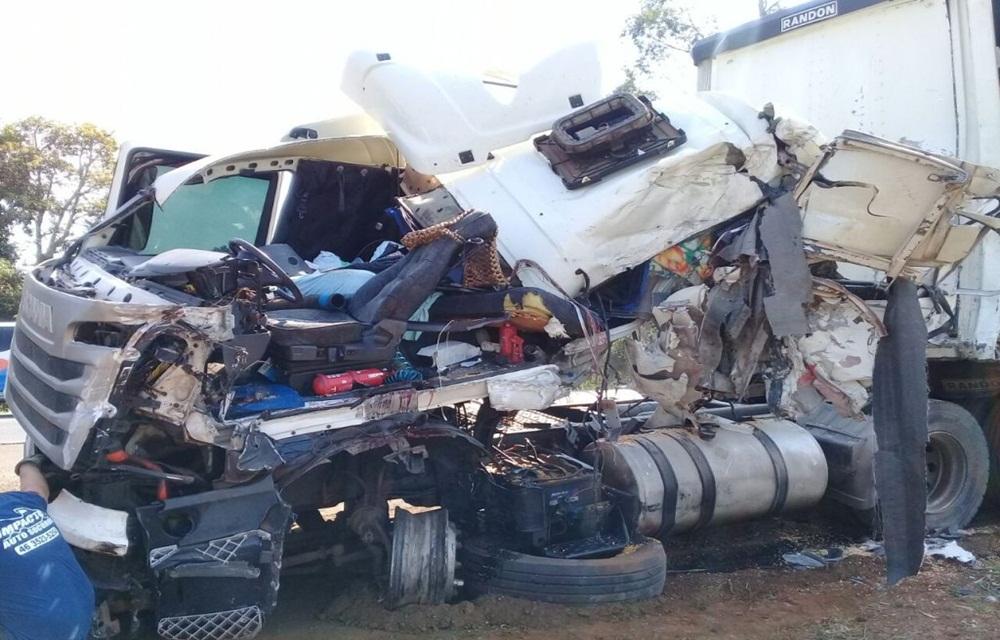 Motorista com carreta de Ponte Serrada se envolve em grave acidente no Paraná.
