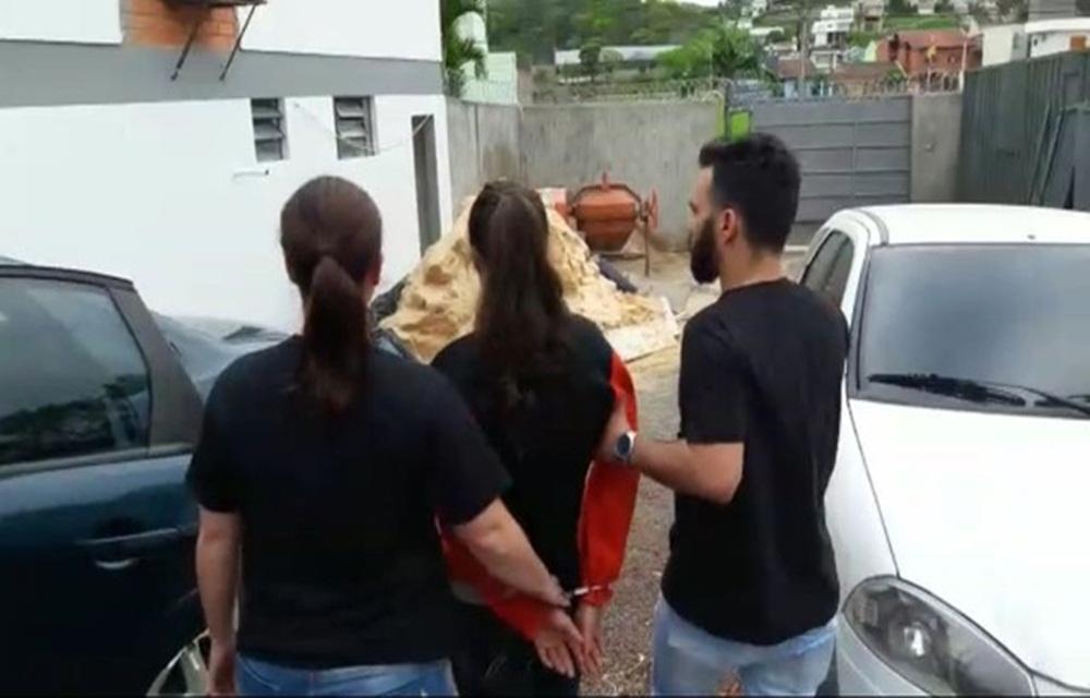 Suspeita de matar e enterrar pai no quintal em Santa Catarina é presa em Sapiranga.