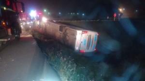 Ônibus tomba e deixa uma pessoa morta e seis feridas na BR 386