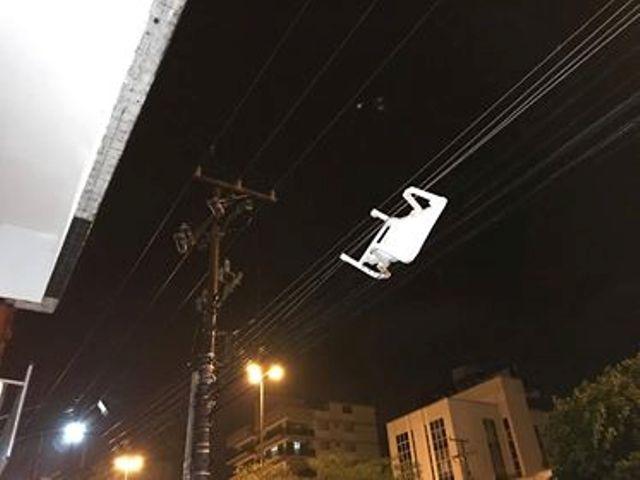 Ir para  <p><big>Em Erechim, na Av. Tiradentes, uma cadeira levada pelo vento ficou pendurada nos fios da rede de baixa tensão e provocou queda de energia na área.</big></p>  <p><big>O...