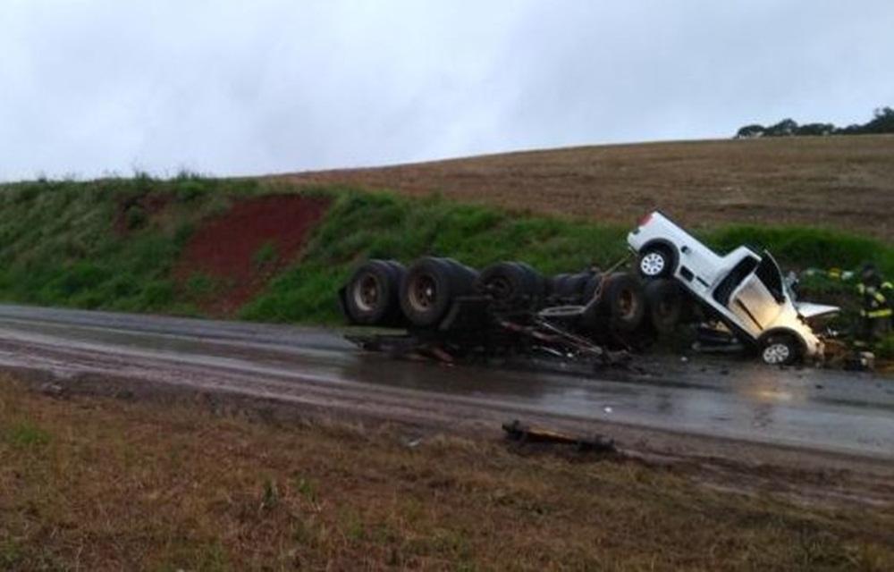 Utilitário bate em caminhão tombado na pista da RS 324.
