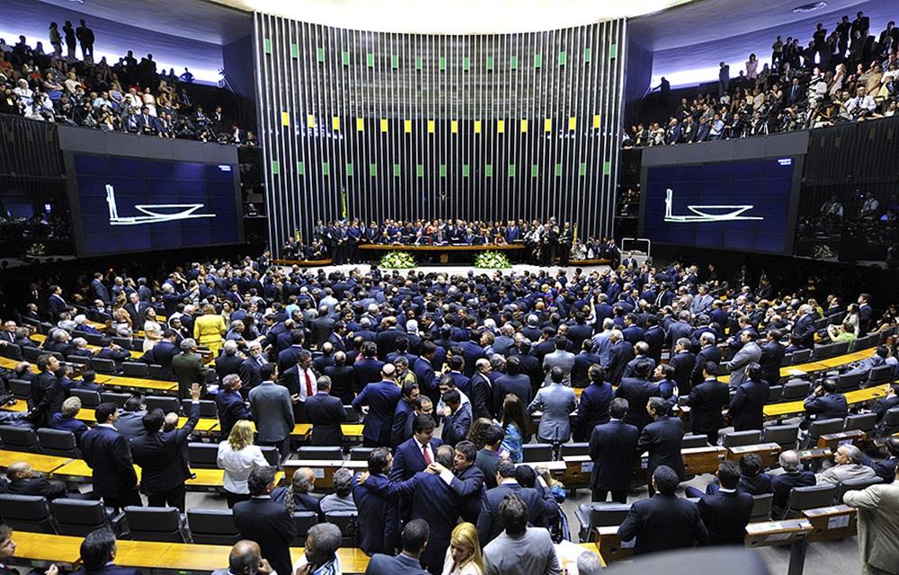 Ir para  <p>Por 251 votos contra 233, a Câmara dos Deputados votou, na noite desta quarta-feira, pelo arquivamento da segunda denúncia contra o presidente Michel Temer e os ministros Eliseu Padilha e Moreira Franco apresentada...