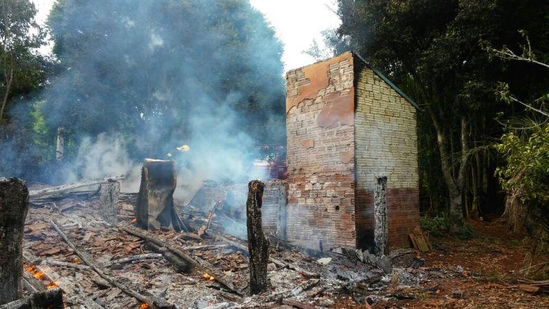 Ir para  <p><big>A casa de um agricultor de Linha Meneguetti, interior de Carlos Gomes, foi completamente destruída pelo fogo no início da manhã desta sexta-feira(3). Os bombeiros de Erechim foram acionados...