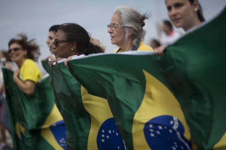 Manifestantes protestam contra a corrupção e a favor da Operação Lava Jato na praia de Copacabana