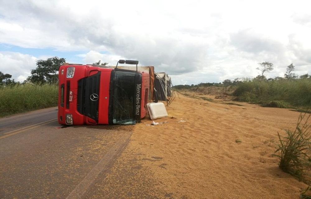 Motorista morre após caminhão capotar em Santa Maria.