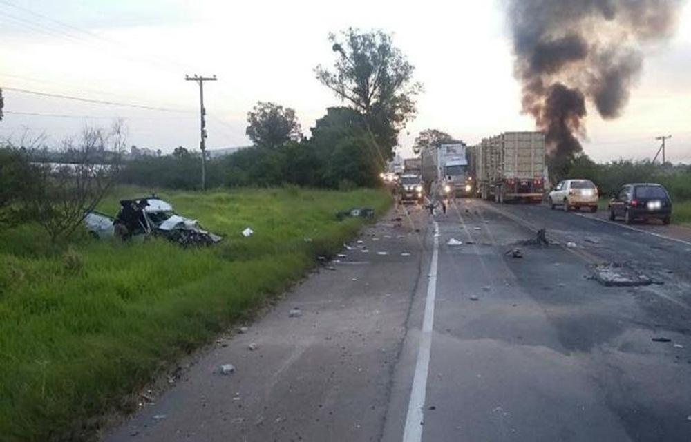 Colisão entre caminhonete e caminhão mata homem em Guaíba.