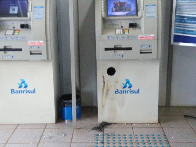 Ir para  <p><big>Na madrugada desta quarta-feira (20), ladr&otilde;es arrombaram o Banco Banrisul localizado na Rua Jo&atilde;o Am&acirc;ndio Sperb, no Centro de Gaurama, ao lado da Brigada Militar. Os bandidos tiveram acesso aos...