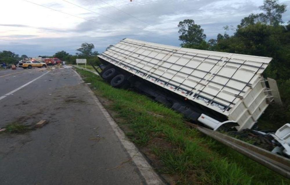 Um morre e cinco ficam feridos em acidente entre dois caminhões e um carro na ERS 040.