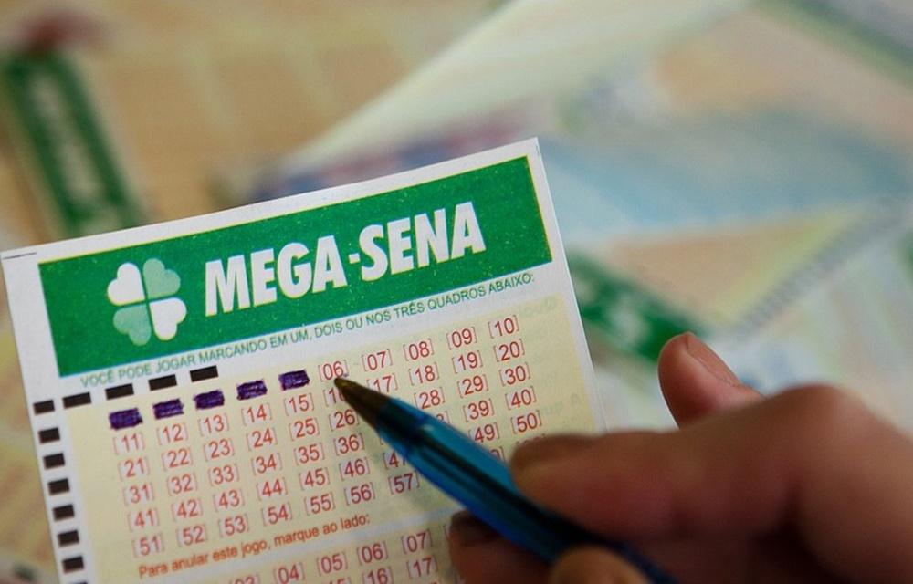 Ir para  <p>Ningu&eacute;m acertou as seis dezenas do concurso 2.020 da Mega-Sena, realizado na noite desta quarta-feira (7) em Palmeira dos &Iacute;ndios (AL). O pr&ecirc;mio acumulou.</p>  <p><strong>Veja as dezenas...