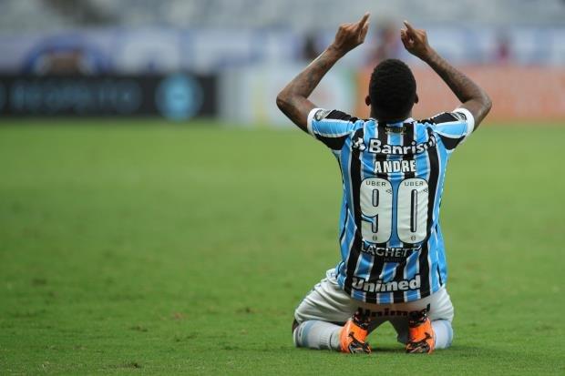 Ir para  No confronto entre os campeões estaduais, no Mineirão, o Grêmio venceu o Cruzeiro, por 1 a 0, com gol do estreante André. Tanto no primeiro, como no segundo, os comandados de Renato Portaluppi sofreram poucos sustos e dominaram as ações...
