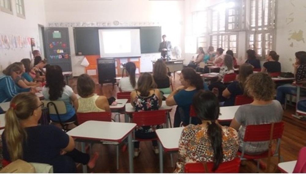 Ir para  <p>Os professores da Rede Municipal, Diretores das Escolas Estaduais e o Presidente da Associa&ccedil;&atilde;o Comercial do Munic&iacute;pio de Gaurama participaram de uma palestra, no dia 25 de abril, com o Delegado da Receita...