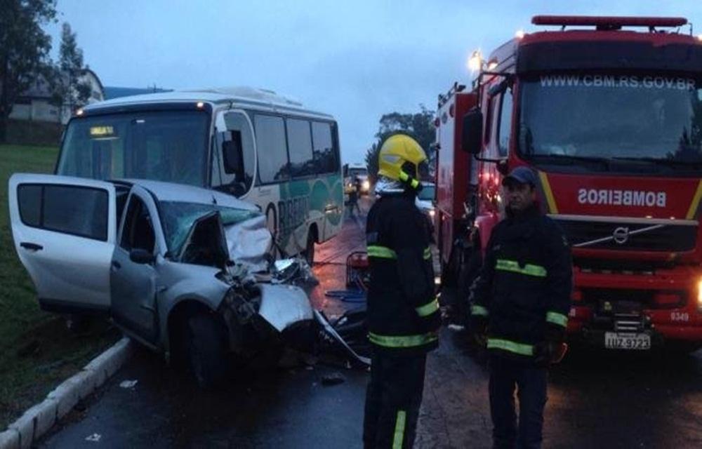 Ir para  <p>Um acidente entre um carro e um micro-ônibus com universitários, professores e vereadores matou uma pessoa e deixou 21 feridos na BR 386, em Soledade, no Vale do Taquari. A colisão frontal...