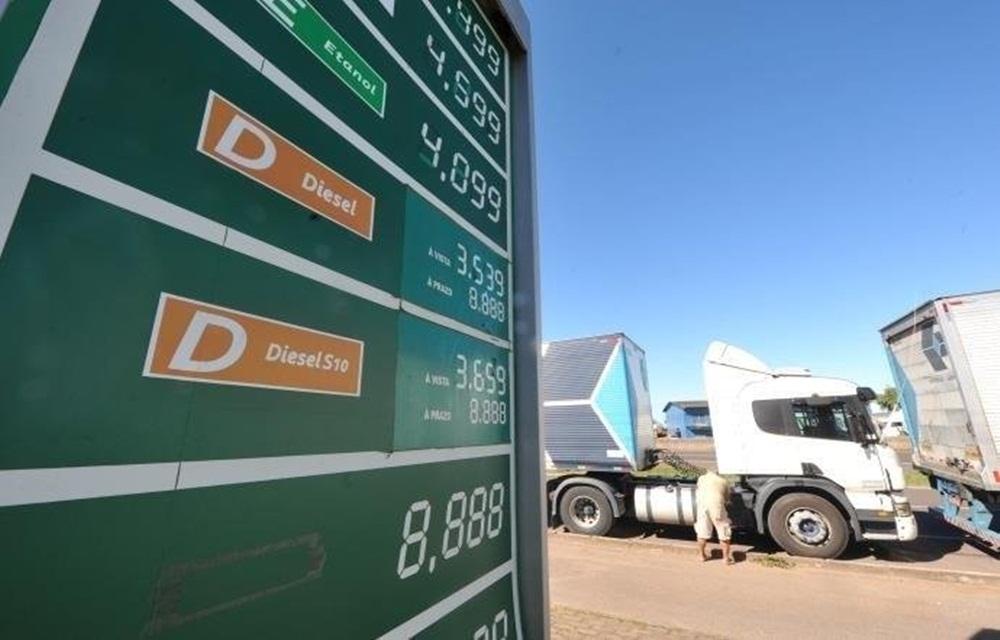 Ir para  <p>O governo firmará um acordo com a Federação Nacional do Comércio de Combustíveis e Lubrificantes (Fecombustíveis) para garantir o repasse do desconto de R$ 0,46 no litro...