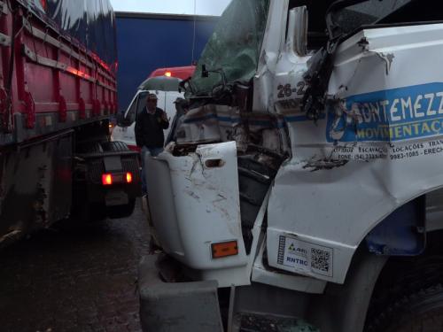 Ir para  <p>O condutor de um caminhão ficou preso às ferragens depois do veículo que ele conduzia ter batido na lateral de uma carreta, na BR 153, em frente ao Posto Lando, em Erechim. O acidente aconteceu no final...