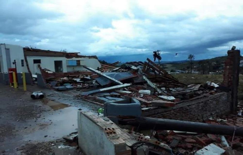 Ir para  <p>O forte vento e a chuva incessante - que atingem Ciríaco, na região do Planalto do Rio Grande do Sul - causaram a morte de um morador. De acordo com a Brigada Militar, José Alves Nunes, de 53 anos, morreu...