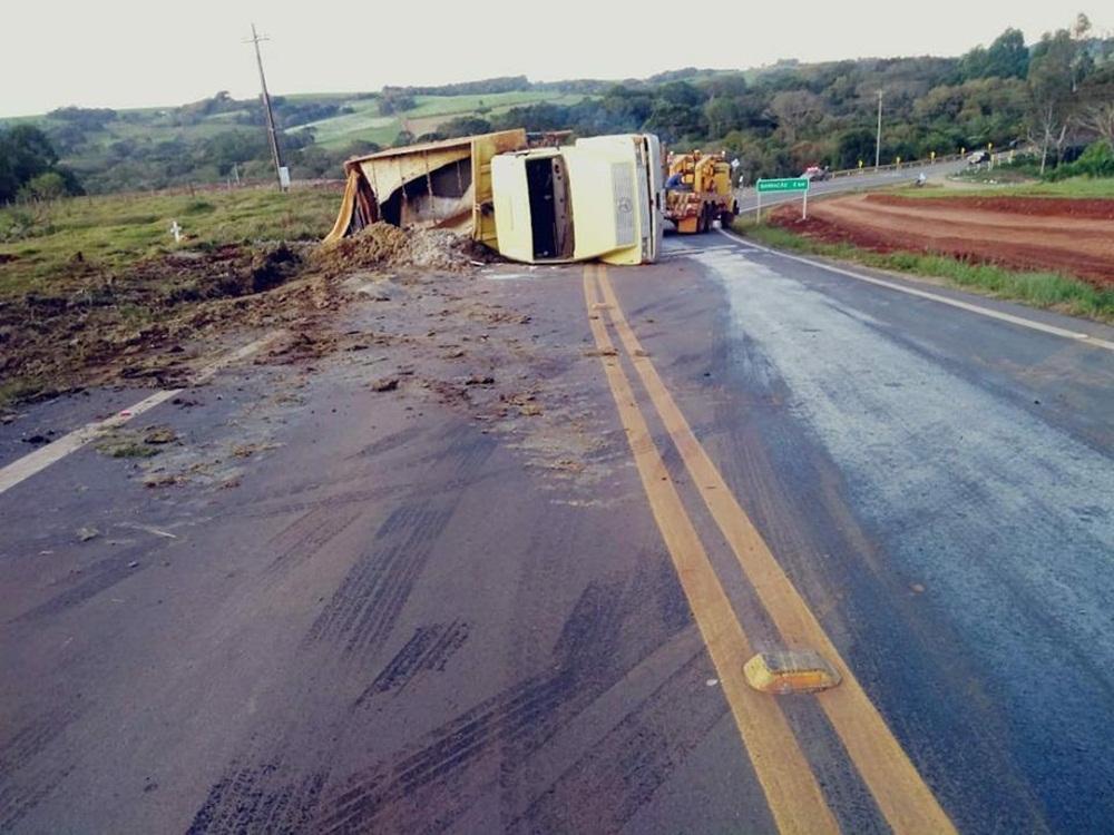 Ir para  <p>Um caminhão trafegava no sentido Barracão - São José do Ouro e, por motivos ignorados, tombou sobre a pista depois da ponte, nas proximidades da comunidade do Marmeleiro na ERS 343, na tarde...