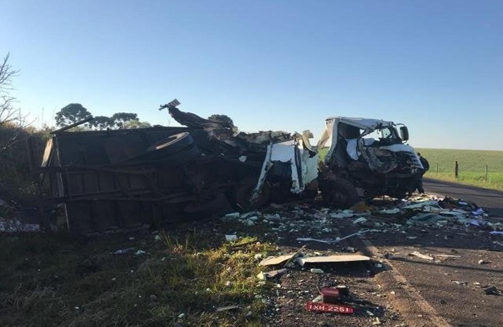 Acidente entre dois caminhões provoca morte de jovem de 21 anos.