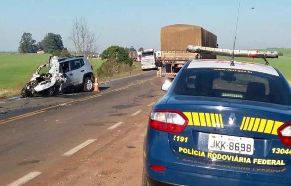 Ir para  <p>Um homem morreu em acidente entre dois veículos na BR 285, em Passo Fundo. A colisão frontal aconteceu no km 314 da rodovia, por volta das 8h. A vítima, que ainda não foi identificada, conduzia...