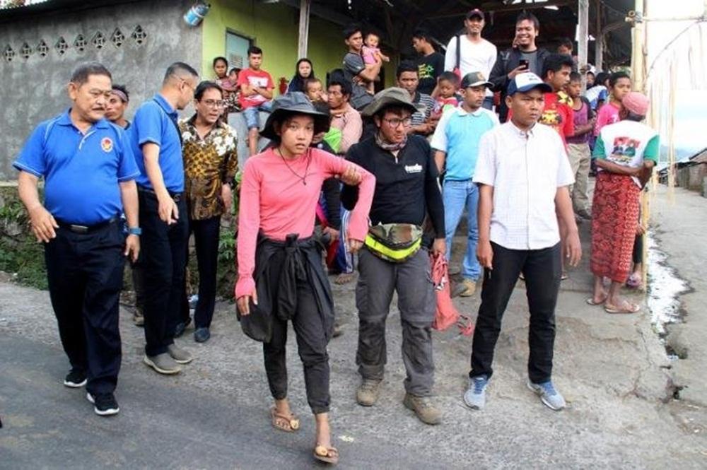 Ir para  <p>Mais de 500 alpinistas e seus guias permaneciam bloqueados após os deslizamentos de terra nas ladeiras de um vulcão ativo na ilha de Lombok, mais de 24 horas <strong><a...