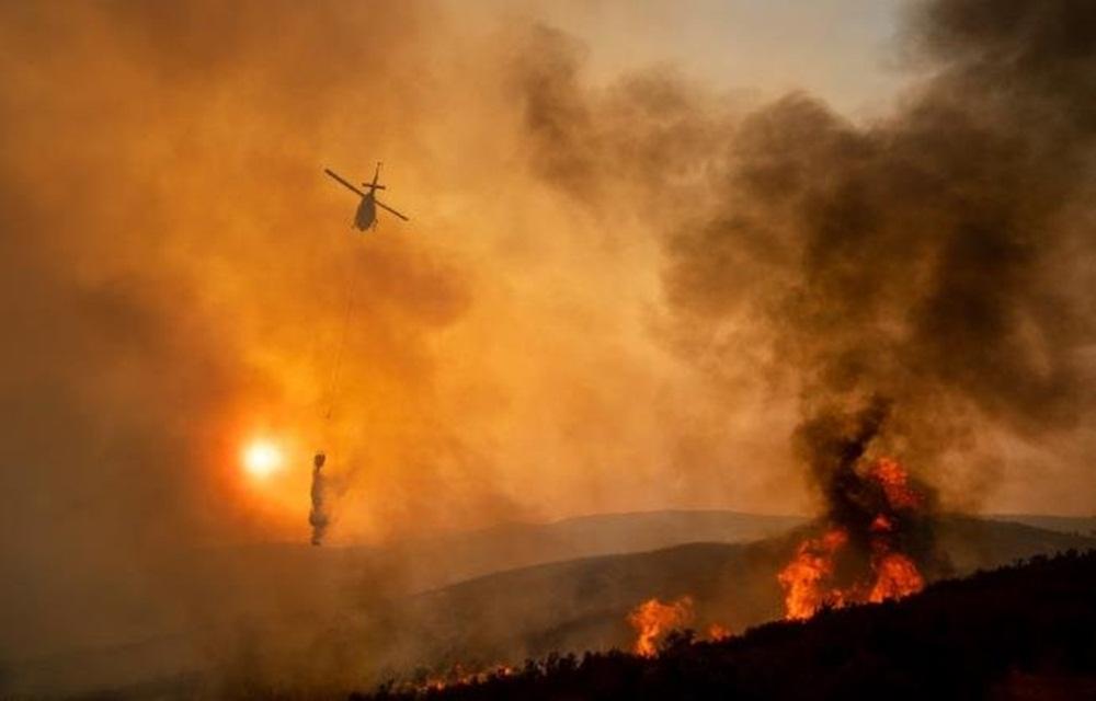 Ir para  <p>Dois grandes incêndios florestais, que já somam quase a área da cidade de Los Angeles, se transformaram nesta segunda-feira no <strong><a...