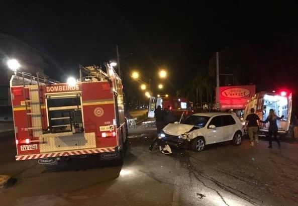 Ir para  <p>Uma mulher morreu e quatro ficaram feridas no final da noite deste domingo, em Passo Fundo, ap&oacute;s acidente envolvendo um autom&oacute;vel Volkswagen Golf de cor branca, com placas de Coqueiros do Sul/RS, e um Fiat Uno de...