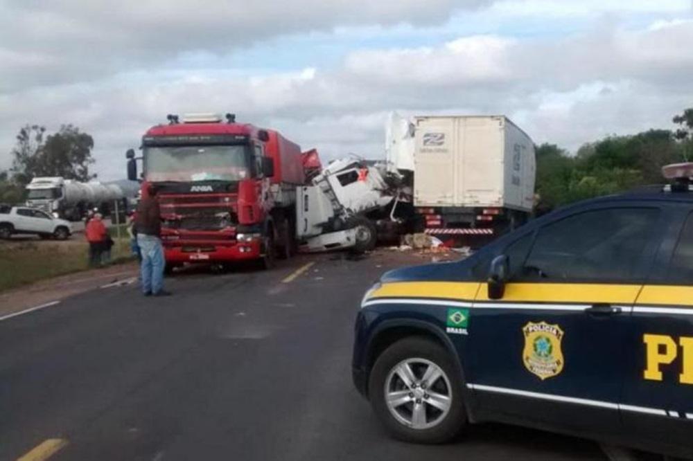 Acidente envolvendo cinco veículos mata três pessoas na BR-116.