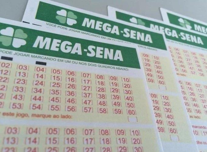 Ir para  <p>Nenhum apostador acertou as seis dezenas do concurso 2.072 da Mega-Sena, sorteado na noite deste sábado Itabela (BA). Com isso, o próximo sorteio, na quarta-feira, terá o prêmio estimado em R$...