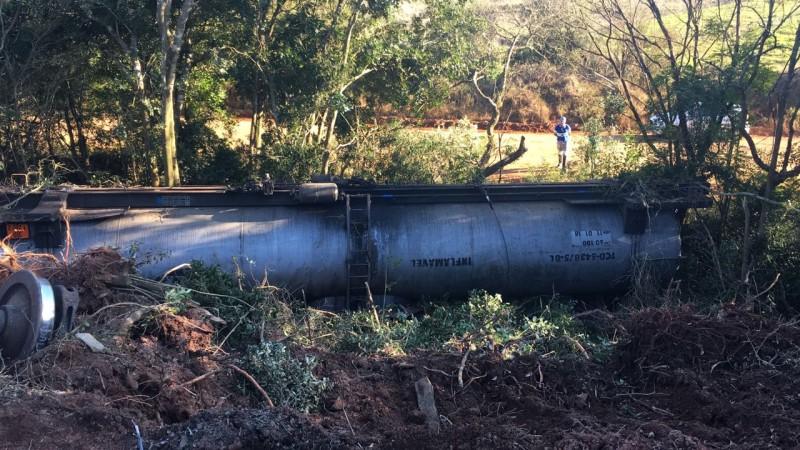 Ir para  <p>Uma equipe da Divisão de Emergências Ambientais da Fundação Estadual de Proteção Ambiental (Fepam) avaliou os efeitos provocados pelo tombamento de um trem carregado de...
