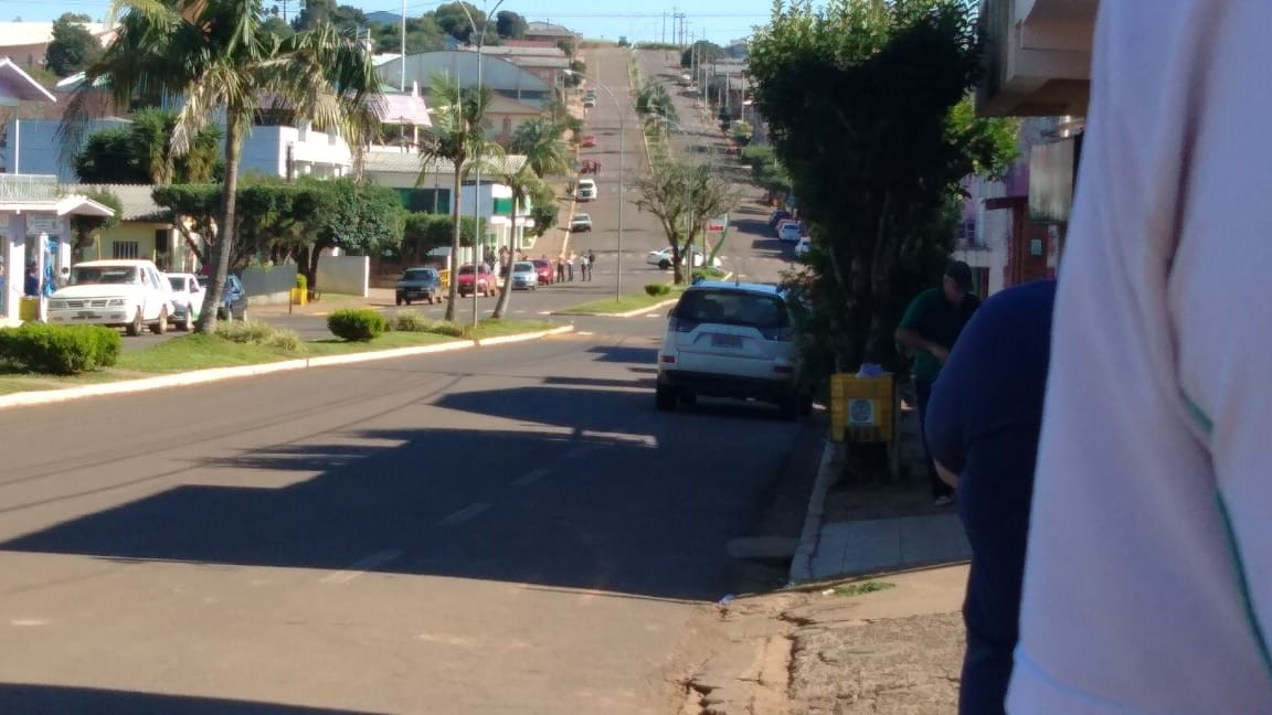 Ir para  <p>Pelo menos seis criminosos fortemente armados praticaram assalto a duas agências bancárias do município de Entre Rios do Sul, no Alto Uruguai Gaúcho. A ocorrência foi registrada na...