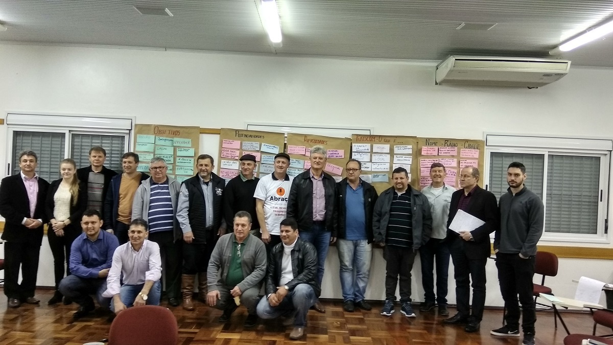 Ir para  <p><big>Representantes das r&aacute;dios comunit&aacute;rias do Alto Uruguai e dirigentes da Abra&ccedil;o RS, reuniram-se neste s&aacute;bado (01), durante a manh&atilde;, no Semin&aacute;rio de...