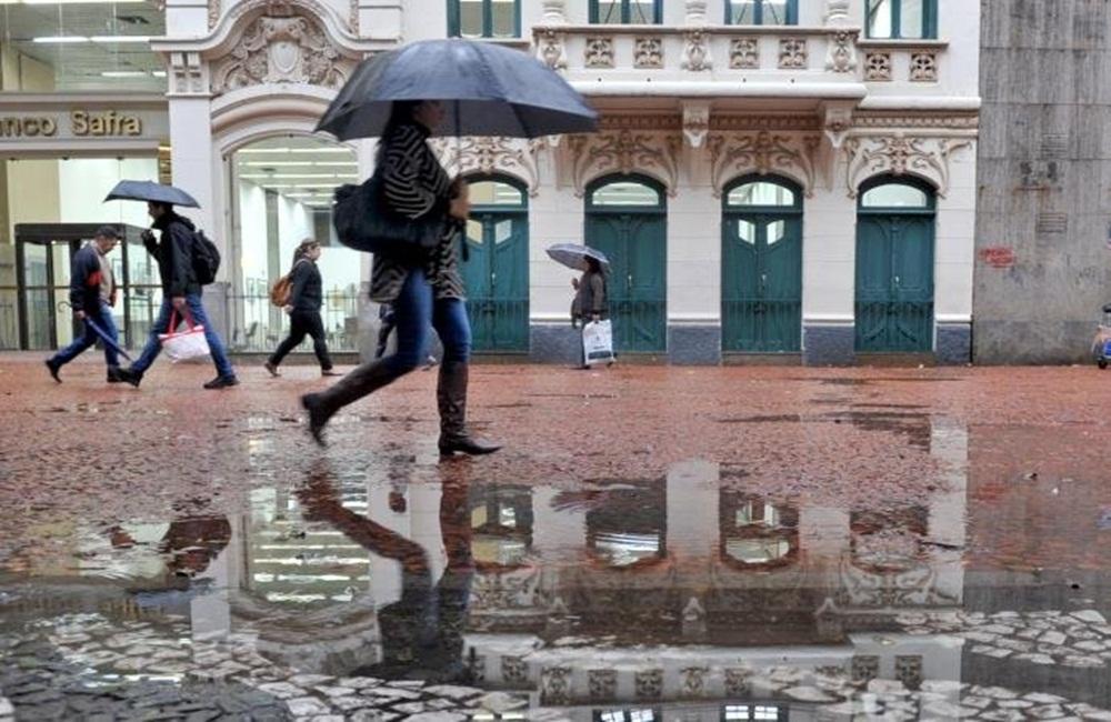Ir para  <p>Muitas nuvens cobrem o Rio Grande do Sul nesta segunda-feira devido à presença de áreas de instabilidade que atuam no Sul do Brasil com chuva em diversos pontos. Chove no decorrer do dia na maioria das...