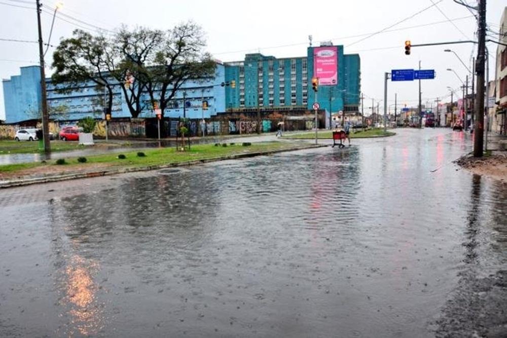 Ir para  <p>Os municípios do RS seguem contabilizando os estragos deixados pelo temporal da madrugada do domingo (23). Vinte e quatro municípios relataram danos provocados por chuva forte, ventos intensos e granizo. Em Dom...