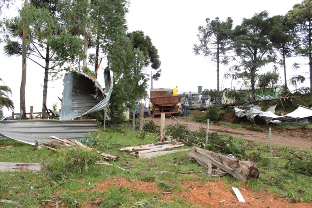 Ir para  <p>O temporal, registrado no começo da tarde desta segunda-feira, dia 01, em Lagoa Vermelha, causou danos em, pelo menos, 100 residências. Conforme o Corpo de Bombeiros, foram aproximadamente distribuídos...