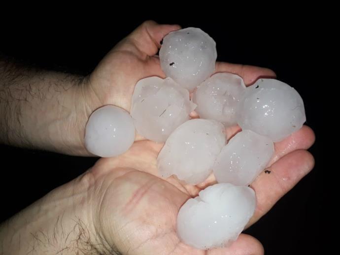 Ir para  <p>Centenas de casas tiveram os telhados destruídos pela chuva de granizo ocorrida no início da madrugada desta quarta-feira em Crissiumal, no Noroeste do Estado. O temporal, com granizo e chuva torrencial, aconteceu...