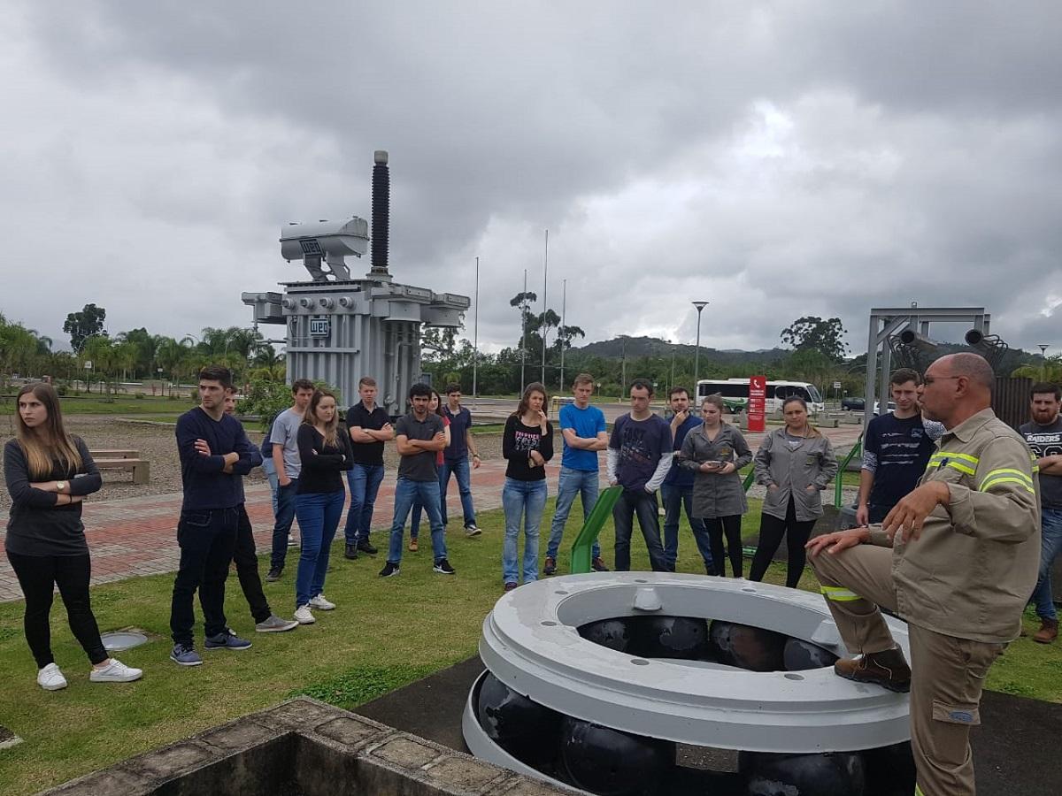 Ir para  <p><big>   Um grupo de acadêmicos dos Cursos de Engenharia Mecânica, Engenharia Química e Engenharia Civil da URI realizaram uma viagem de estudos ao...