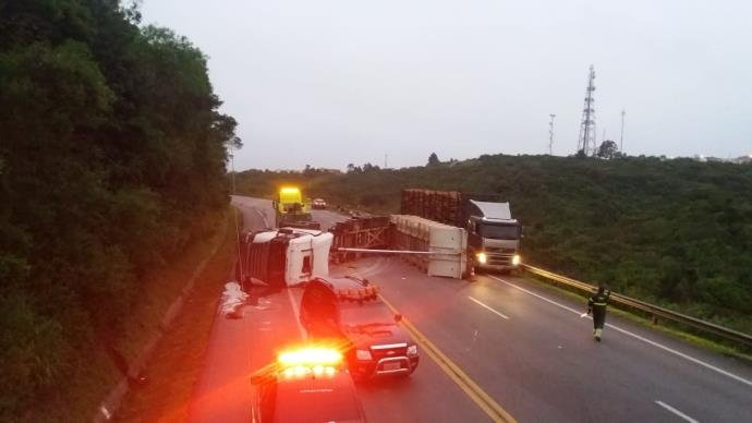 Ir para  <p>O caminhão estava carregado com casca de madeira, sendo que parte da carga ficou espalhada na pista. O tráfego ficou parcialmente bloqueado no trecho da rodovia, sendo desviada a passagem pelo acostamento. A...