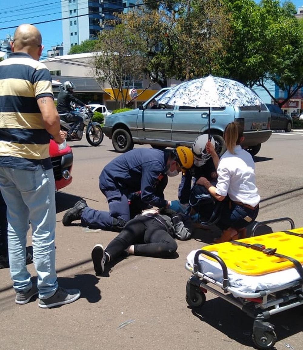 Ir para  <p><big>Uma colisão envolvendo uma motocicleta e um automóvel, deixou uma mulher ferida no início da tarde desta segunda-feira (5), no cruzamento da Avenida Sete de Setembro e rua Andradas, no centro...