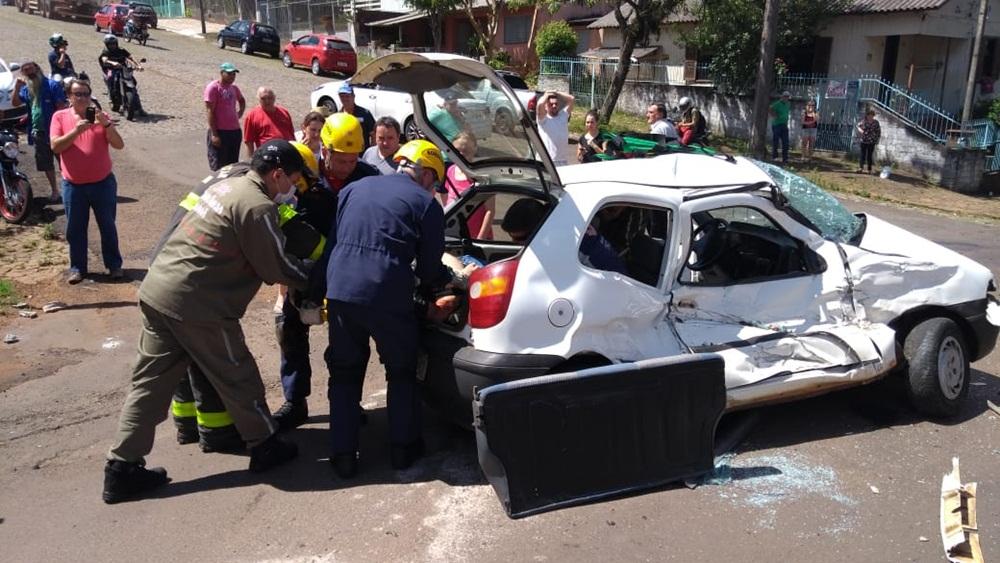 Ir para  <p><big>Um homem, ficou preso nas ferragens durante um acidente na tarde desta terça-feira (6), após o carro que conduzia ser atingido por um caminhão, com placas de Não-Me-Toque, no...